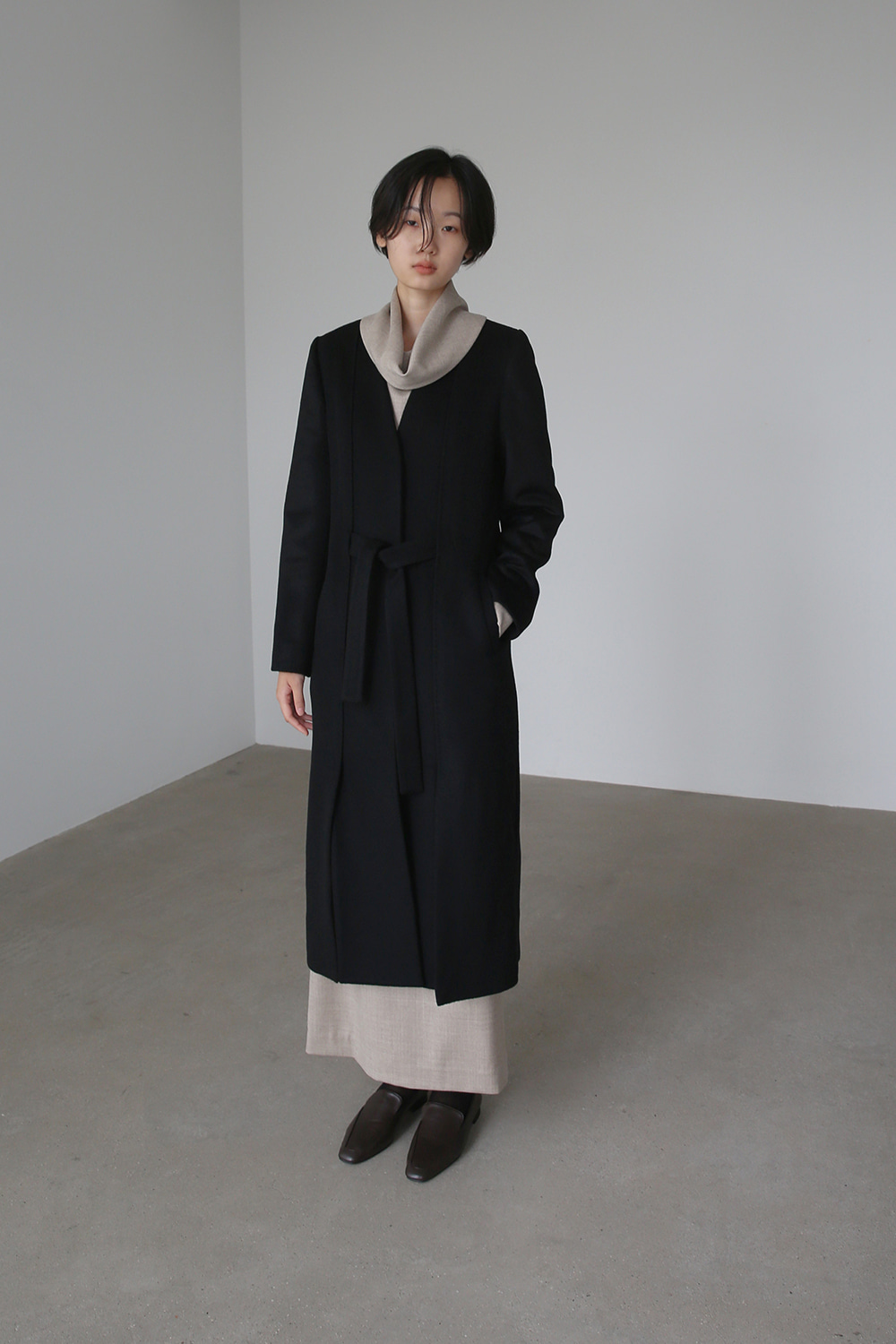 [주문제작] BELTED SLIT COLLARLESS COAT (BLACK)